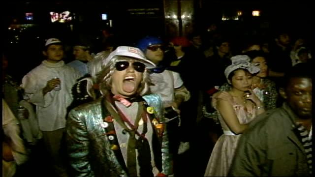 vidéos et rushes de people dancing at concert on halloween in nyc - 1980 1989