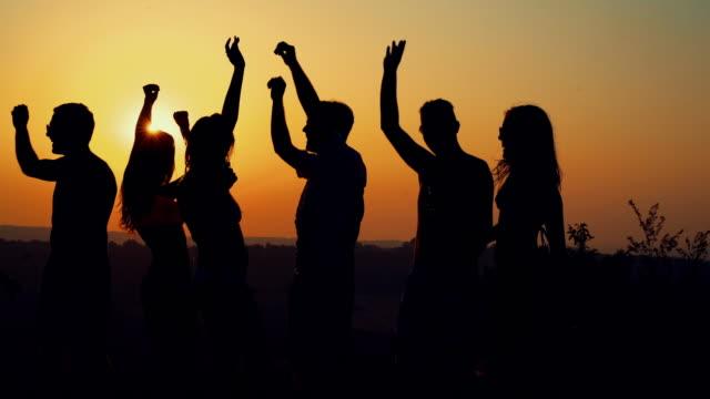 Leute, die tanzen bei Sonnenuntergang, Slow-Motion.