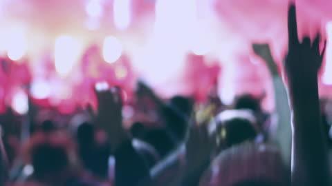 vidéos et rushes de gens de danse lors d'un concert de rock - événement