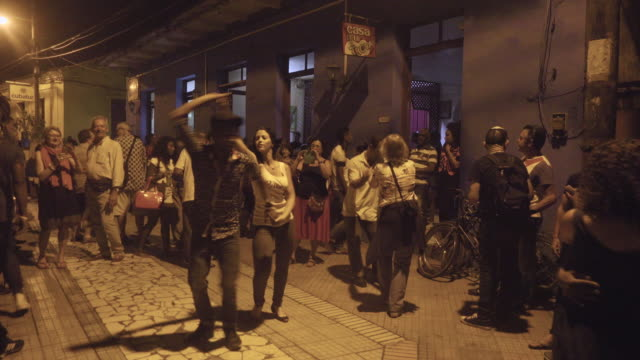 stockvideo's en b-roll-footage met people dancing in a cuban club. tourists learning from local people. - cuba