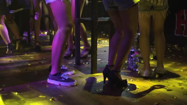 ls menschen tanzen im club während der party,slow motion - schuhwerk stock-videos und b-roll-filmmaterial