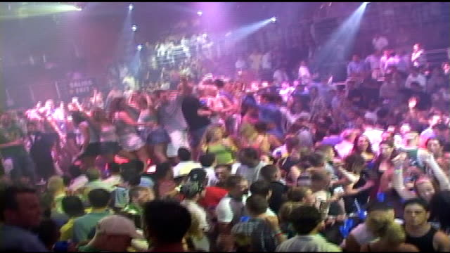 vidéos et rushes de people dancing in crowded cancun nightclub - sortir en boîte de nuit
