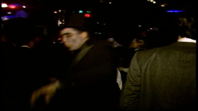 vidéos et rushes de people dancing in halloween themed nightclub in nyc - sortir en boîte de nuit