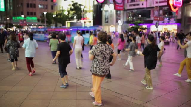 WS People dancing in Nanjing Dong Road AUDIO / Shanghai,  China