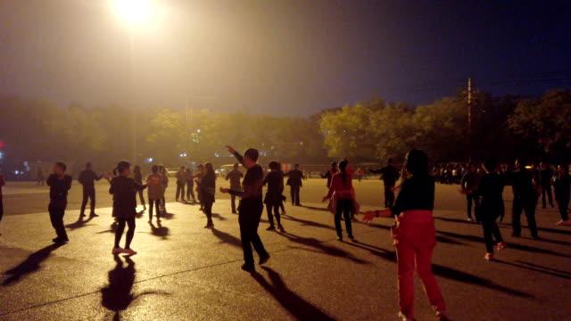 vídeos y material grabado en eventos de stock de people dancing in square at night,xi'an,china. - culturas