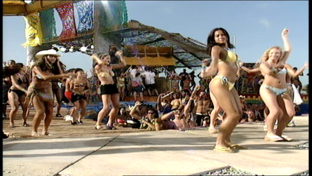 vídeos de stock, filmes e b-roll de people dancing on a stage in bathing suits in cancun - estilo dos anos 2000