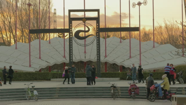 vídeos de stock e filmes b-roll de ws people dancing on public square, beijing, china - dança quadrada
