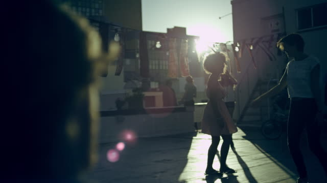 stockvideo's en b-roll-footage met people dancing on rooftop - dak