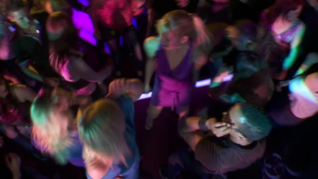 HD: Menschen tanzen zur Musik