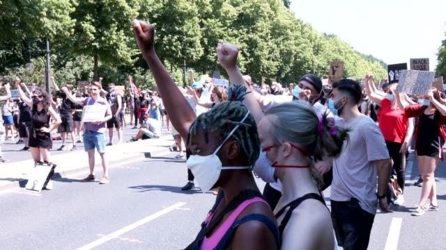 vidéos et rushes de people demonstrating for black lives matter gather at the victory column in tiergarten park on june 27, 2020 in berlin, germany. hundreds of... - respect