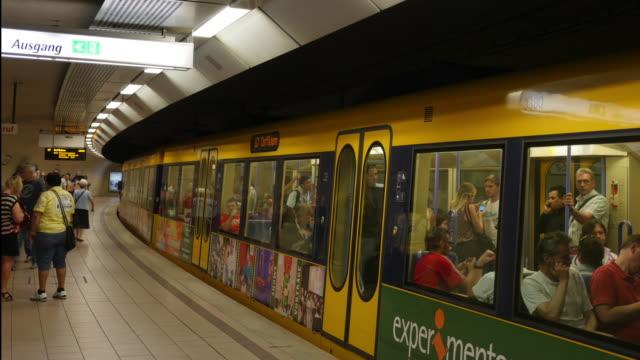 Menschen, die das Einsteigen und U-Bahn Stuttgart, Deutschland