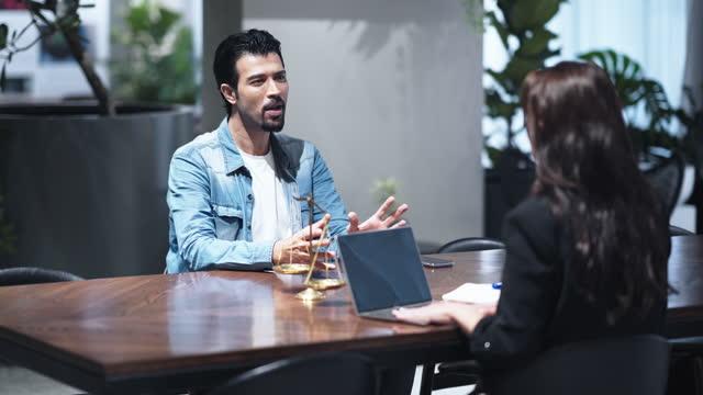 people discussion advisor on table - dom bildbanksvideor och videomaterial från bakom kulisserna
