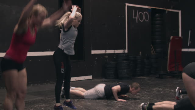 vídeos de stock e filmes b-roll de people doing burpees in a gym box - aperfeiçoamento pessoal