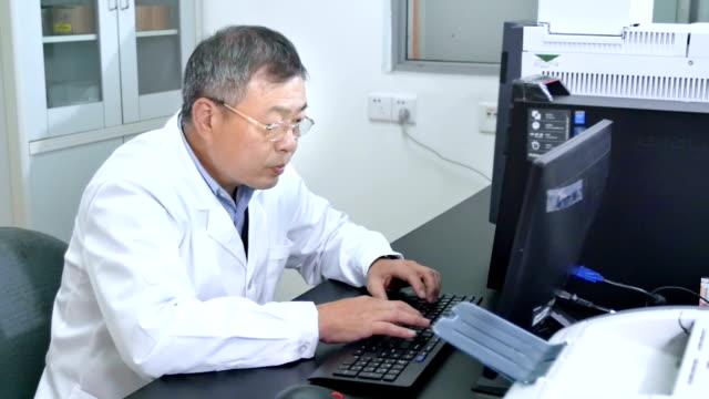 Menschen chemische Experiment im Labor 4 K