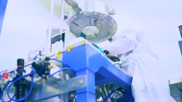 Gente haciendo el experimento químico en el laboratorio 4k