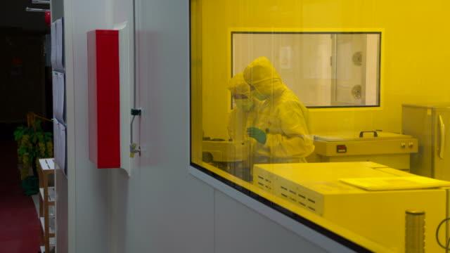 Leute, die chemische Experiment im Labor 4k