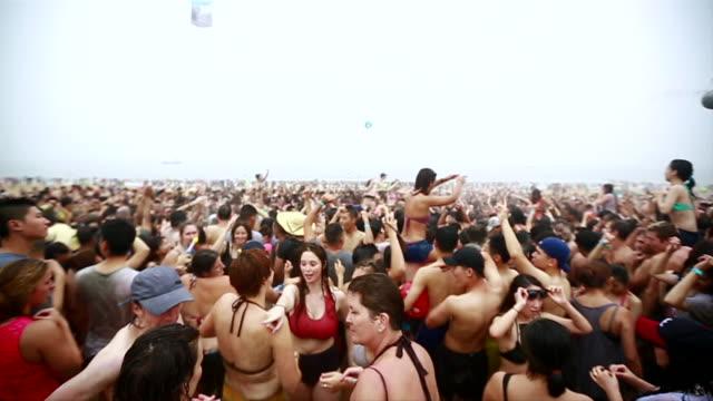 vídeos y material grabado en eventos de stock de ms people doing dance and cheering at boryeong mud festival / boryeong, chungcheongnam-do, south korea - cabello mojado