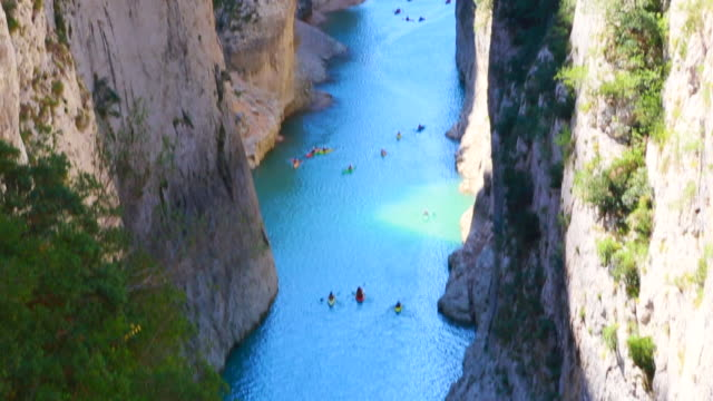 people doing kayak in the congost de montrebei gorge with nice turquoise water in a narrow way between walls in the catalan pyrenees during travel vacations. - besichtigung stock-videos und b-roll-filmmaterial
