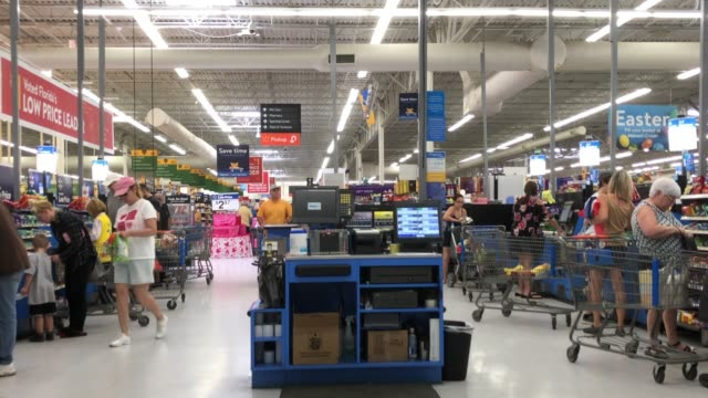 vídeos de stock, filmes e b-roll de people doing self pay at walmart super shopping center in north georgia usa - balcão de pagamento
