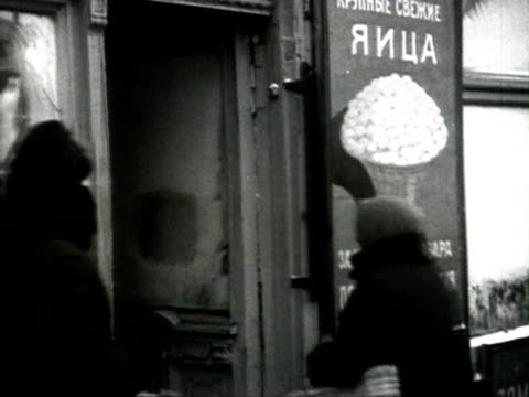 ms people doing shopping for christmas toys in window shop audio / moscow russia - 1925年点の映像素材/bロール