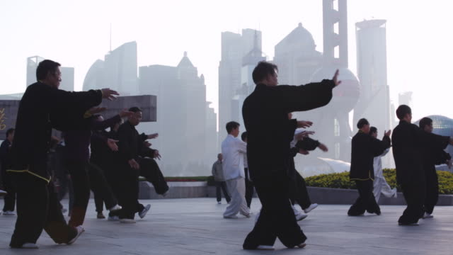 vídeos de stock e filmes b-roll de ws people doing tai chi in the morning, shanghai, china - artes marciais