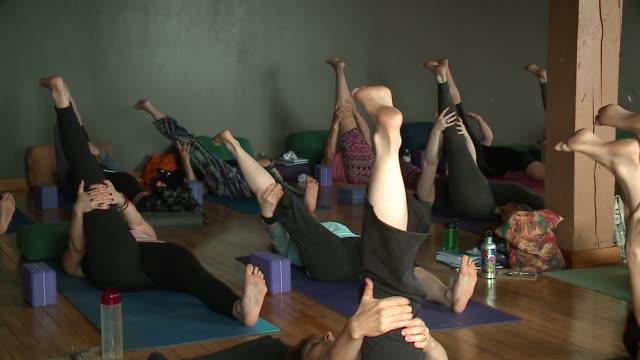 vídeos y material grabado en eventos de stock de wgn people doing yoga poses in a yoga class in chicago on june 12 2016 - centro de yoga
