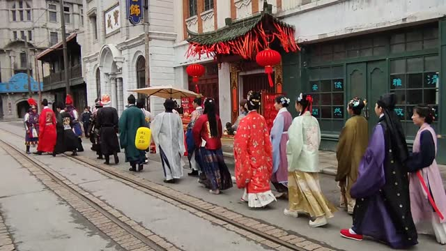 vídeos de stock e filmes b-roll de people dressed in han costumers performing new year's blessing on february 27, 2021 in shanghai, china. - benção