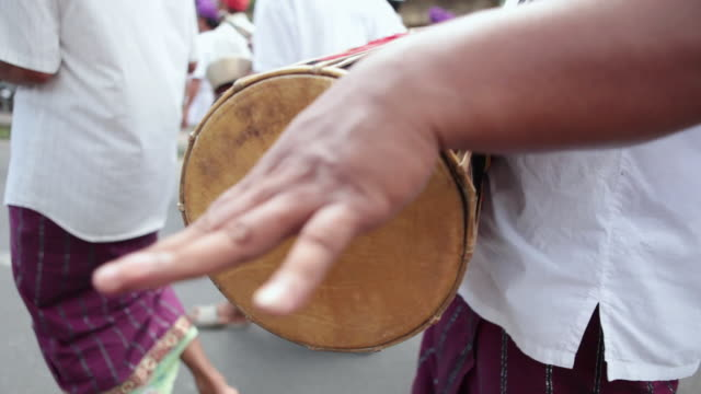 vídeos y material grabado en eventos de stock de cu pov audio people dressed up with typical clothes walking in parade and playing music instrument audio / bali, indonesia - cultura indonesia