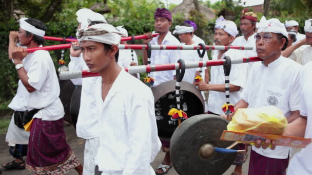 vídeos y material grabado en eventos de stock de ms pov audio people dressed up with typical clothes walking in parade and playing music instrument audio / bali, indonesia - cultura indonesia