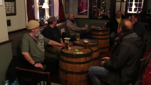 vidéos et rushes de people drink in the prince of wales pub in east cowes, isle of wight, after the second national lockdown ended and england entered a strengthened... - la fin