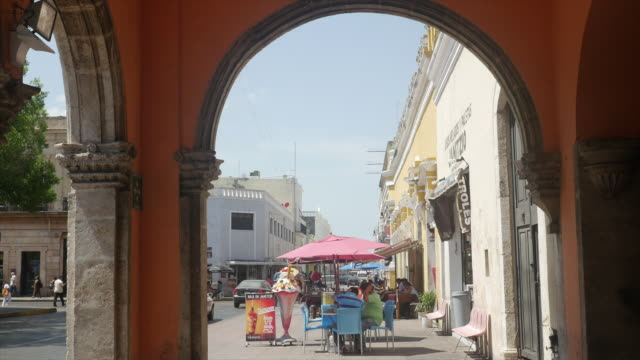 vídeos de stock, filmes e b-roll de people drinking and relaxing in street of white city of mexico - mérida yucatán