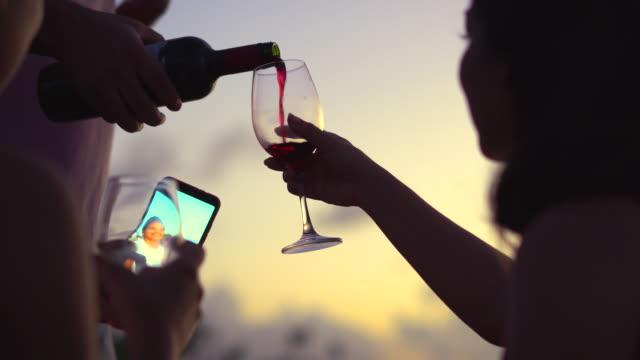 menschen, die bei sonnenuntergang wein trinken - gegenlicht stock-videos und b-roll-filmmaterial