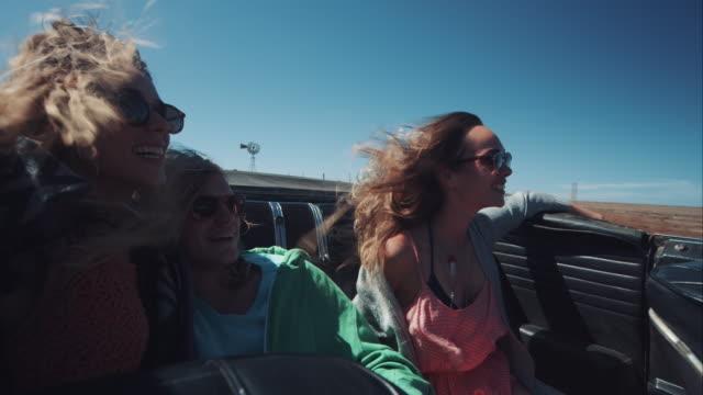 Menschen fahren Auto im retro-dirt road