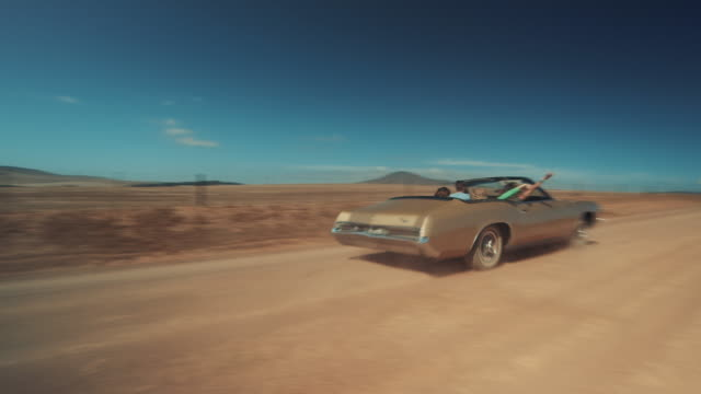 vidéos et rushes de personnes en voiture rétro voiture sur chemin de terre - voiture décapotable