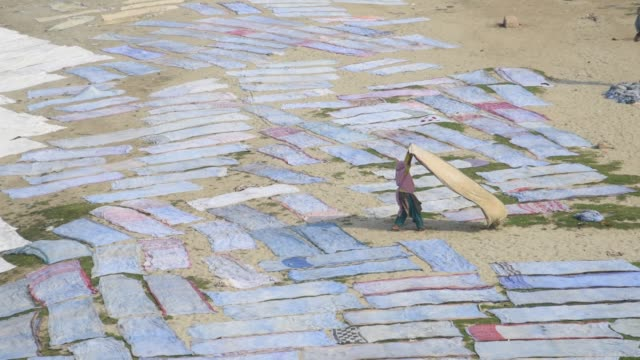 people drying cloth on banks of river yamuna, agra,india - sari stock videos & royalty-free footage