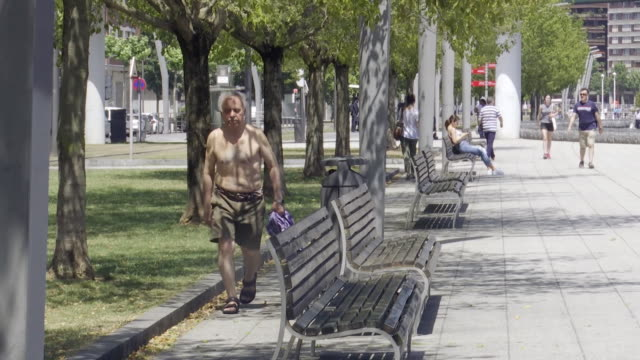 people during a heat wave that is affecting most of the iberian peninsula and some european countries temperatures reach up to 40 celsius due to a... - 熱波点の映像素材/bロール