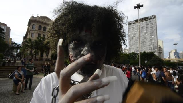 vidéos et rushes de people during a zombie walk in sao paulo brazil on november 2 2016 - masque de protection