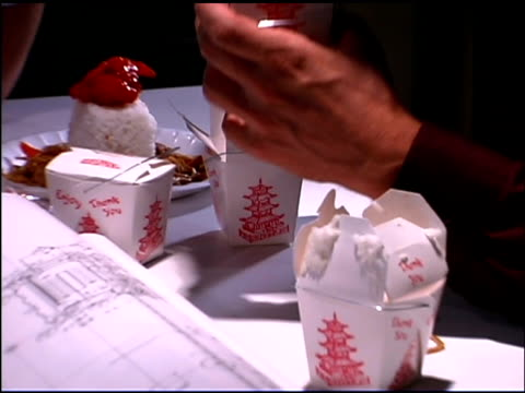 vídeos de stock, filmes e b-roll de people eating chinese takeout at business meeting - embalagem cartonada