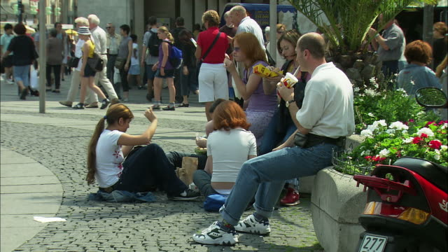 vidéos et rushes de ms people eating fast food in karlsplatz, munich, bavaria, germany - unhealthy eating