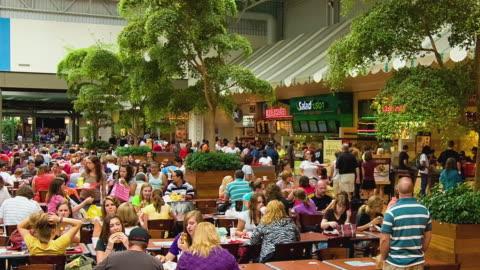 vídeos y material grabado en eventos de stock de t/l ws people eating in mall of america food court, bloomington, minnesota, usa - restaurante de comida rápida