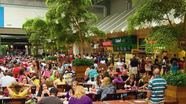 t/l ws people eating in mall of america food court, bloomington, minnesota, usa - ファーストフード点の映像素材/bロール