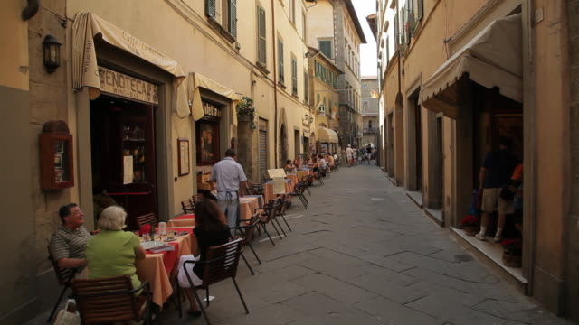 vídeos y material grabado en eventos de stock de ws people eating in street cafe / tuscany, italy - toscana