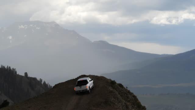 vídeos de stock e filmes b-roll de people engage in outdoor activities with 4x4 vehicle in colorado amid 2020 coronavirus pandemic - outdoor pursuit