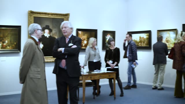 people engaging with artworks exhibitions frieze masters london main exhibitions hall frieze london art fair london uk 3rd october 2019 - ausstellung stock-videos und b-roll-filmmaterial
