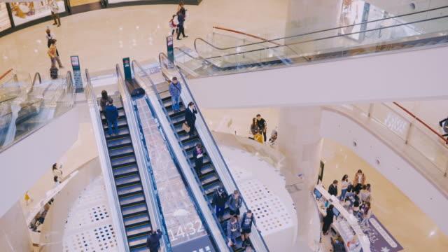 台北-台湾: 人は、台北 101 モールでのショッピングをお楽しみください - ギフトショップ点の映像素材/bロール