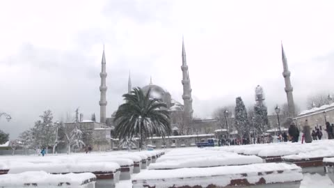 people enjoy snow at istanbul's sultanahmet square where the blue mosque and hagia sophia are located, on february 18, 2015 in istanbul, turkey.... - スルタンアフメト・モスク点の映像素材/bロール