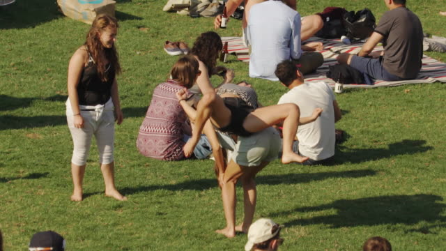 stockvideo's en b-roll-footage met people enjoy sunny day in dolores park, san francisco usa - picknick