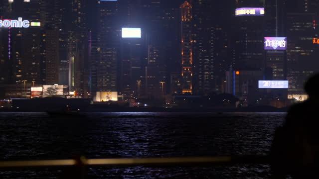 vidéos et rushes de people enjoy view of victoria harbour from hong kong island - photophone