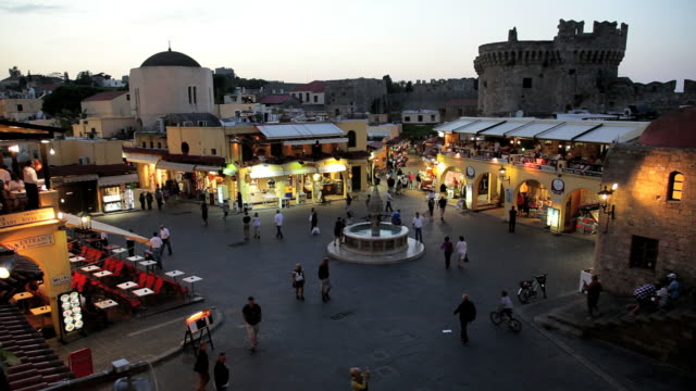stockvideo's en b-roll-footage met people enjoying an evening in hippocrates square, rhodes old town, rhodes island, aegean sea, greece, europe - rodos dodecanese eilanden