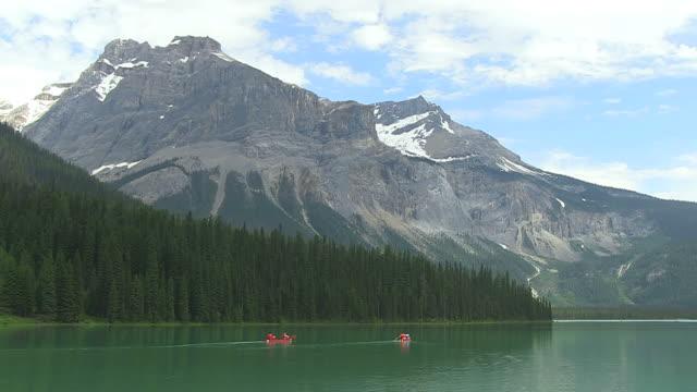 WS People enjoying and boating at Emerald Lake / Yoho Nationalpark, British Columbia, Canada